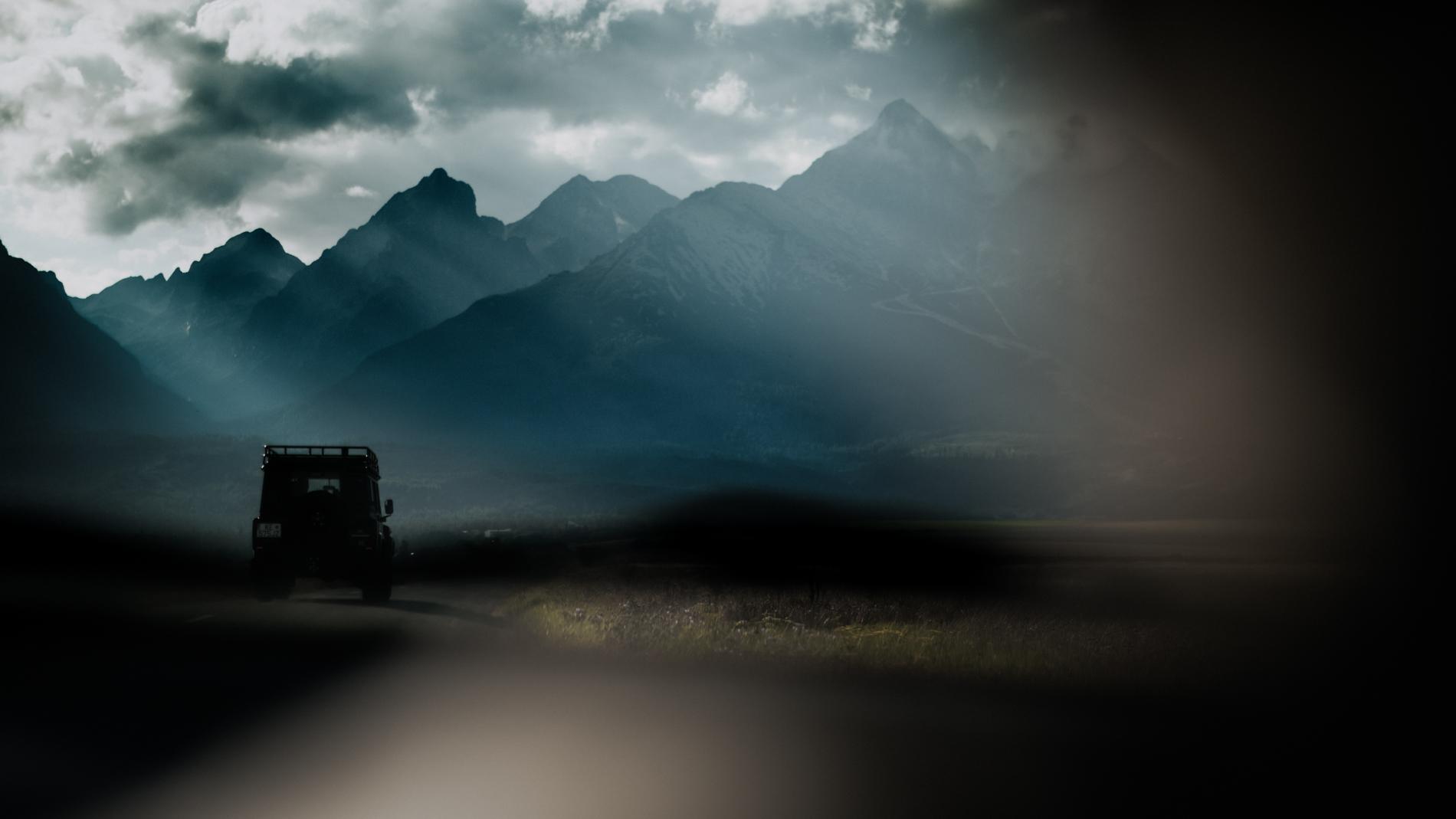 Vision du parbrise sur la route